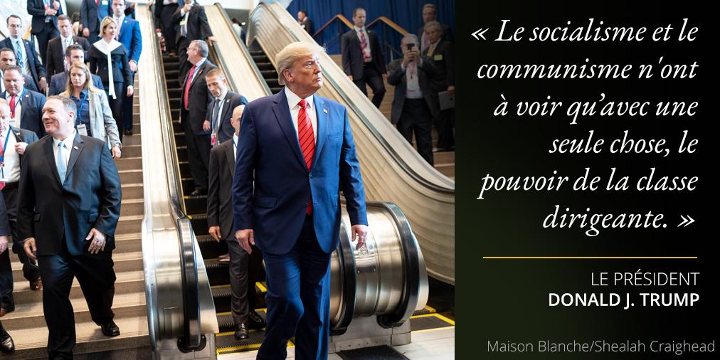 Déclarations du président Trump au sujet du socialisme et du communisme ; photo de Trump au pied d'un escalator (Maison Blanche/Shealah Craighead)