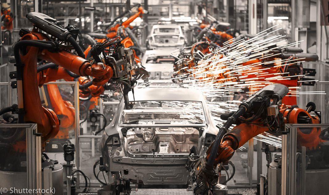 اسمبلی لائن پر کاریں بناتے ہوئے روبوٹ۔ (© Shutterstock)