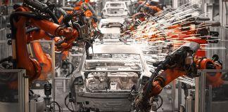 Des robots produisant des voitures à la chaîne (© Shutterstock)