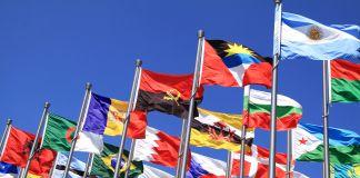 Bandeiras de muitos países tremulam em mastros (© Shutterstock)