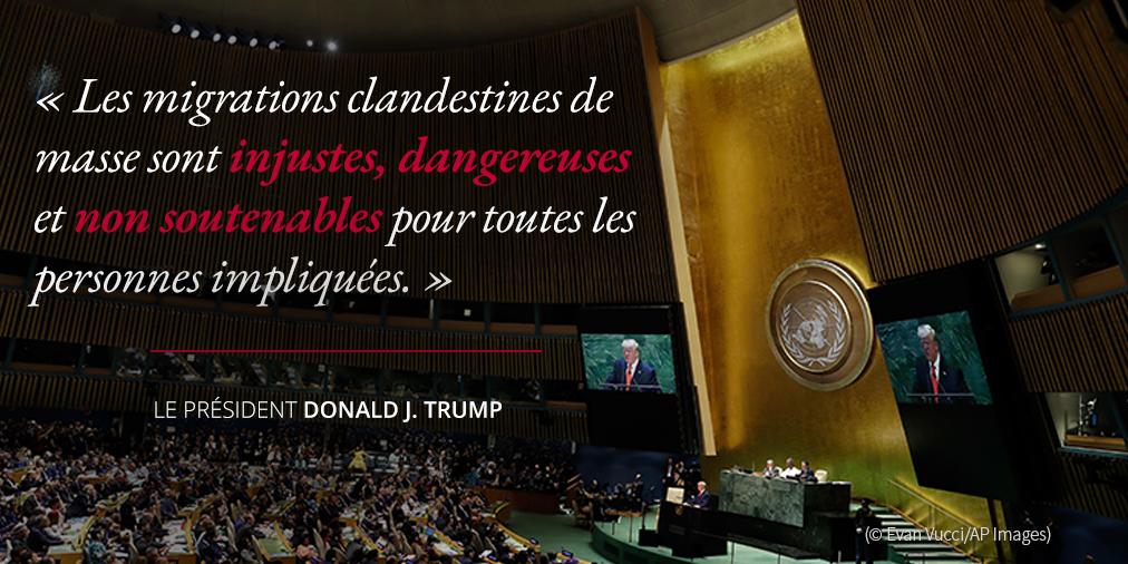 Déclarations du président Trump au sujet des migrations clandestines ; photo de Trump à un pupitre s'exprimant devant des gens dans une salle de l'ONU (© Evan Vucci/AP Images)