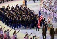 Militares marchan en formación tras una bandera de EE. UU. (Depto. de Defensa/E.J. Hersom)