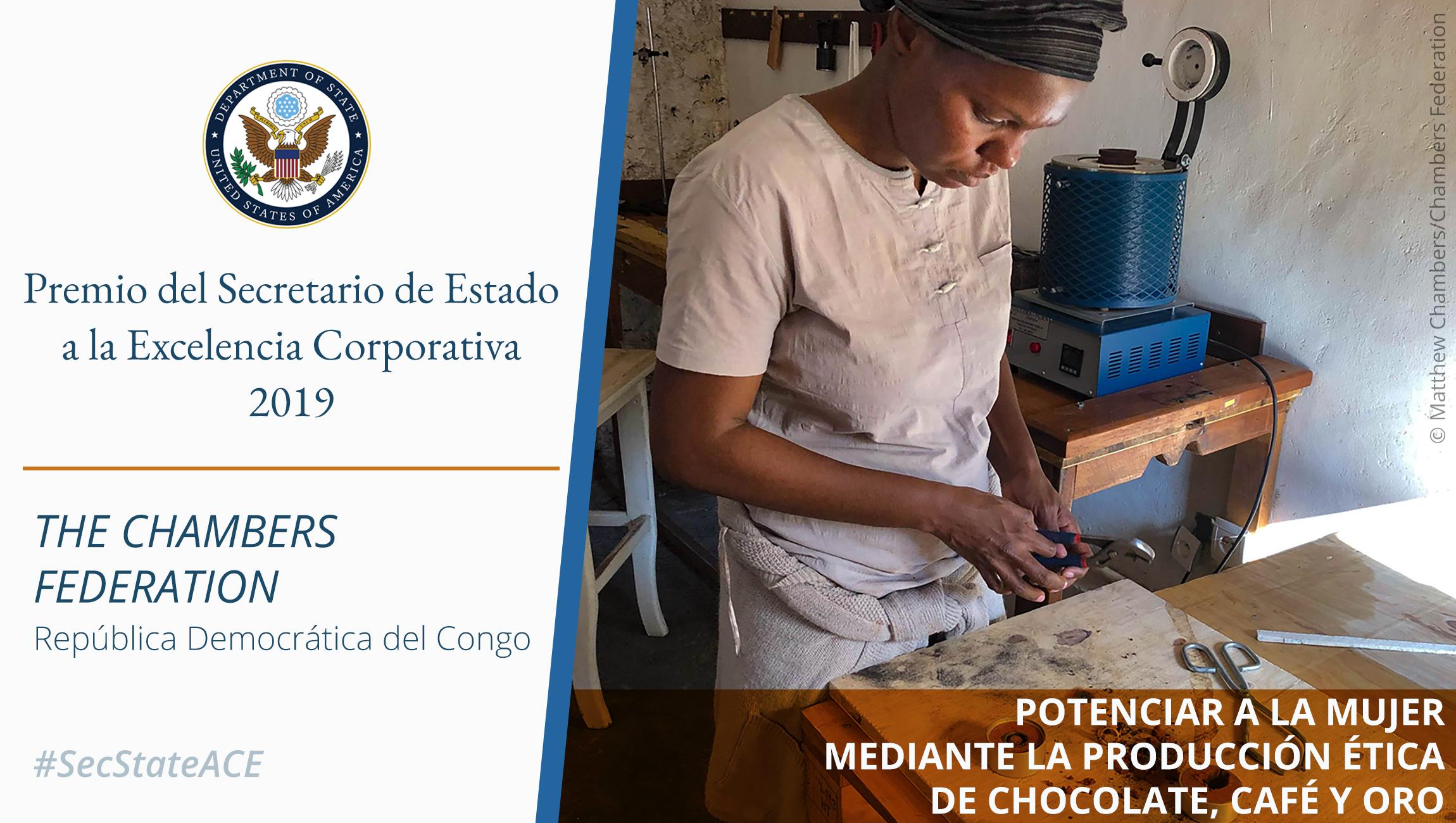Mujer trabajando en una mesa, texto sobre el Premio a la Excelencia Corporativa (Departamento de Estado/Foto © Matthew Chambers/Chambers Federation)