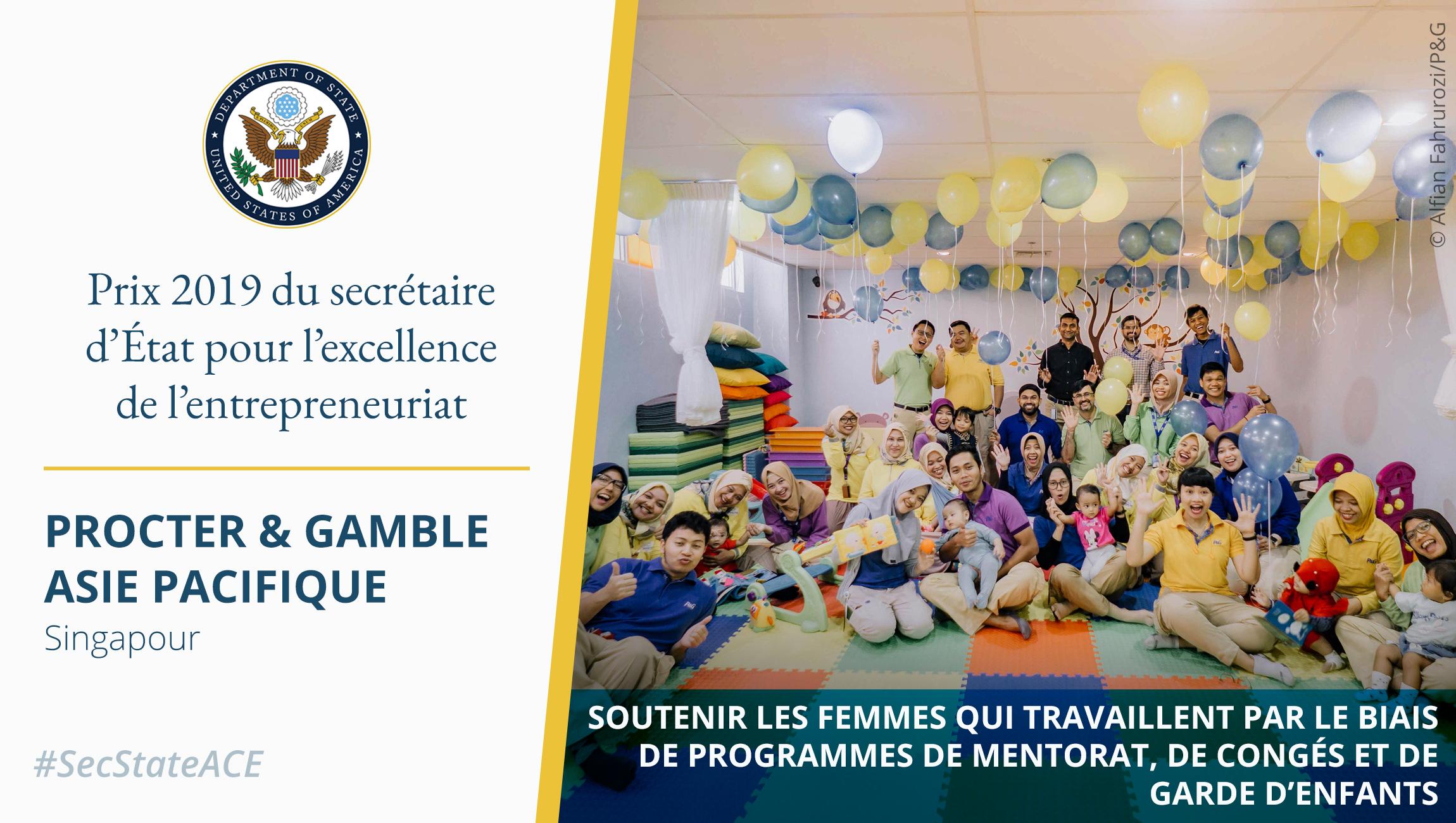 Photo d'hommes, de femmes et de jeunes enfants dans une pièce, des ballons flottant au plafond et une citation sur le prix d'excellence de l'entrepreneuriat (Département d'État/Photo © Alfian Fahrurozi/P&G)