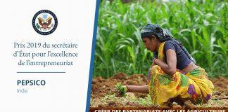 Photo d'une femme accroupie dans un champ cultivé, avec à droite une citation sur le prix d'excellence de l'entrepreneuriat (Département d'État. Photo : ©Ashima Narain/Pepsico)