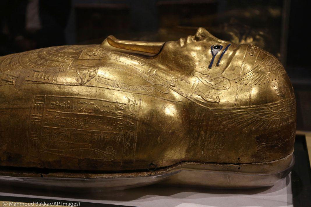Cabeça de um sarcófago de ouro que já portou uma múmia (© Mahmoud Bakkar/AP Images)