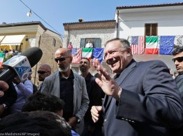 Michael R. Pompeo waving to crowd with Italian flags (©Andrew Medichini/AP Images)