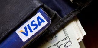 装有现金和一张信用卡的钱包(美联社图片)