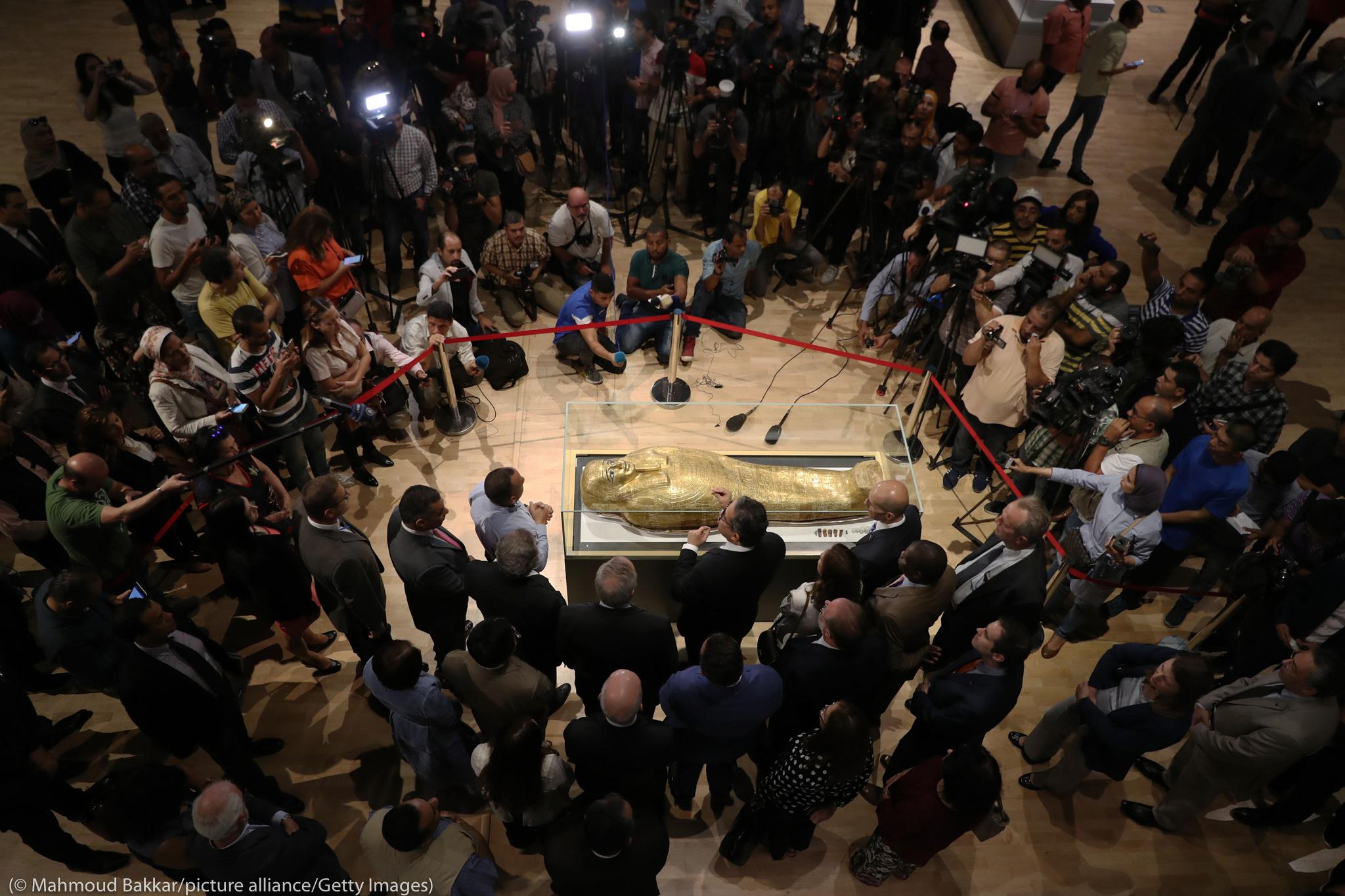 Multidão se reúne em museu para ver sarcófago de ouro de uma múmia (© Mahmoud Bakkar/picture alliance/Getty Images)
