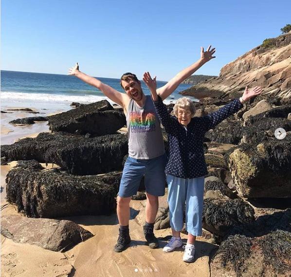 这是布拉德和他的祖母乔伊今年6月在阿卡迪亚国家公园所拍的照片。他们在过去三年半里面,已经走了38个州,行程40,233公里。老奶奶今年已经89岁,但只要可能,他们计划要走遍全部61个国家公园。(阿卡迪亚国家公园instagram网站)