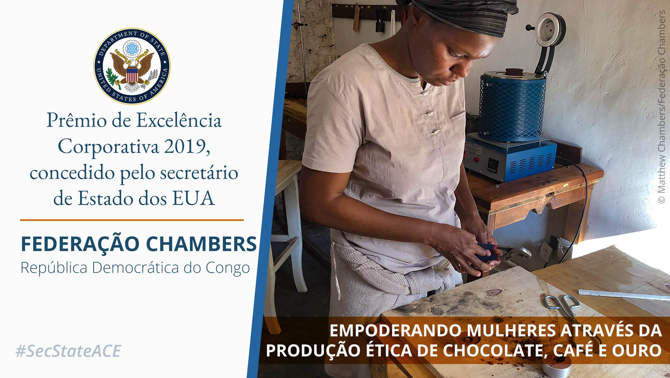 Foto: mulher em frente de mesa de trabalho; na parte inferior, palavras sobrepostas fazendo referência ao Prêmio de Excelência Corporativa (Depto. de Estado/Foto: © Matthew Chambers/Federação Chambers)