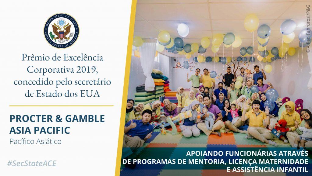 Foto de pessoas posando em uma sala cheia de balões. À direita, texto sobre o Prêmio de Excelência Corporativa (Depto. de Estado/Foto: © Alfian Fahrurozi/P&G)