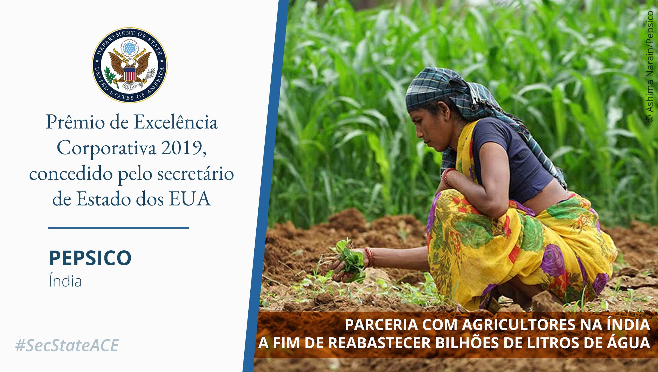 Foto: mulher agachada em plantação; na parte inferior, palavras sobrepostas fazendo referência ao Prêmio de Excelência Corporativa (Depto. de Estado/Foto: © Ashima Narain/Pepsico)