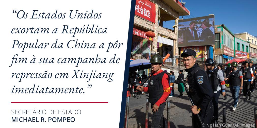 Foto de homens uniformizados em uma rua chinesa. Ao lado, citação de Pompeo sobre a repressão em Xinjiang (Depto. de Estado/S. Gemeny Wilkinson/Foto: © Ng Han Guan/AP Images)