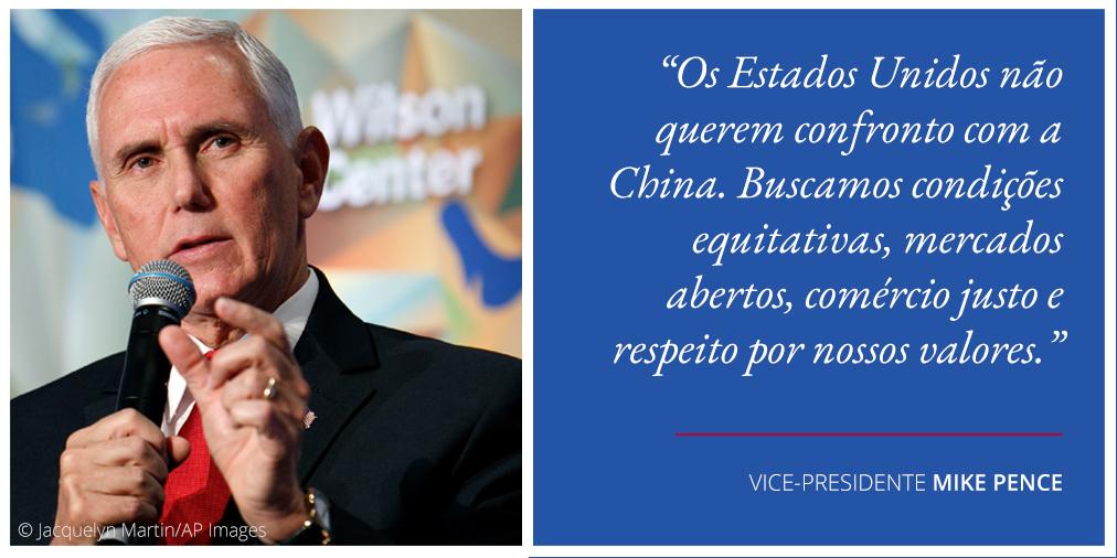 Foto de Mike Pence segurando um microfone ao lado de uma citação sobre os EUA e a China (Depto. de Estado/Foto: © Jacquelyn Martin/AP Images