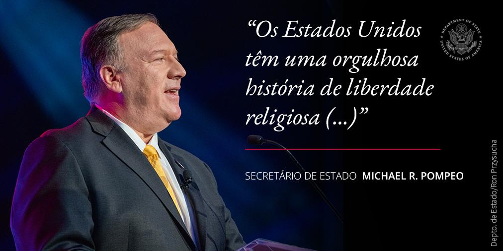 Foto de Pompeo contendo citação sobre a história da liberdade religiosa nos EUA (Depto. de Estado/Ron Przysucha)