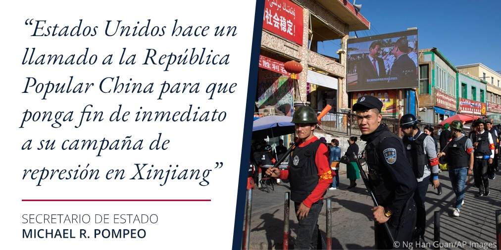 Foto de hombres uniformados en una calle de China junto a una cita de Pompeo sobre la represión en Sinkiang (Depto. de Estado/S. Gemeny Wilkinson/Foto © Ng Han Guan/AP Images)