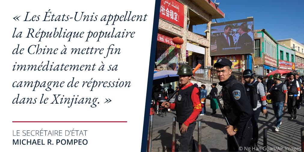 Photo d'hommes en uniforme dans une rue en Chine, avec une citation de Mike Pompeo sur la répression au Xinjiang (Département d'État/S. Gemeny Wilkinson)