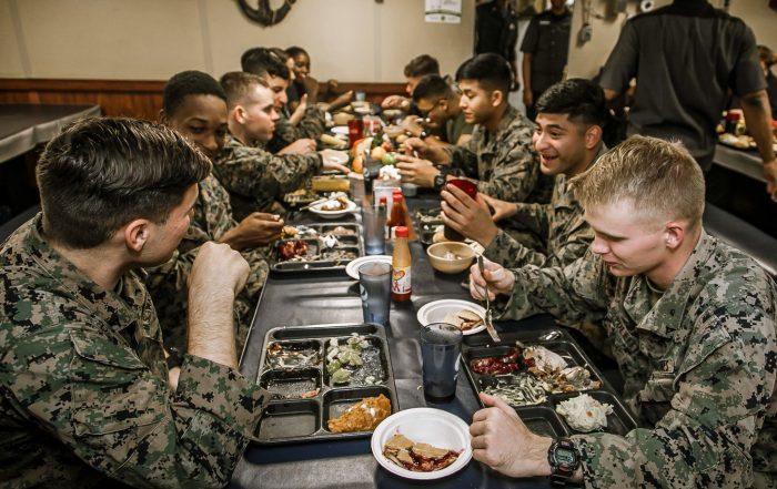 驻世界各地的美国军人常年远离家乡为国效力,但不论他们在哪里服役都遵循感恩节(Thanksgiving)的传统庆祝节日。