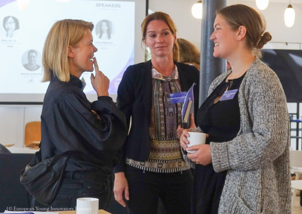 Três mulheres conversando (© Fórum de Jovens Inovadores Europeus)