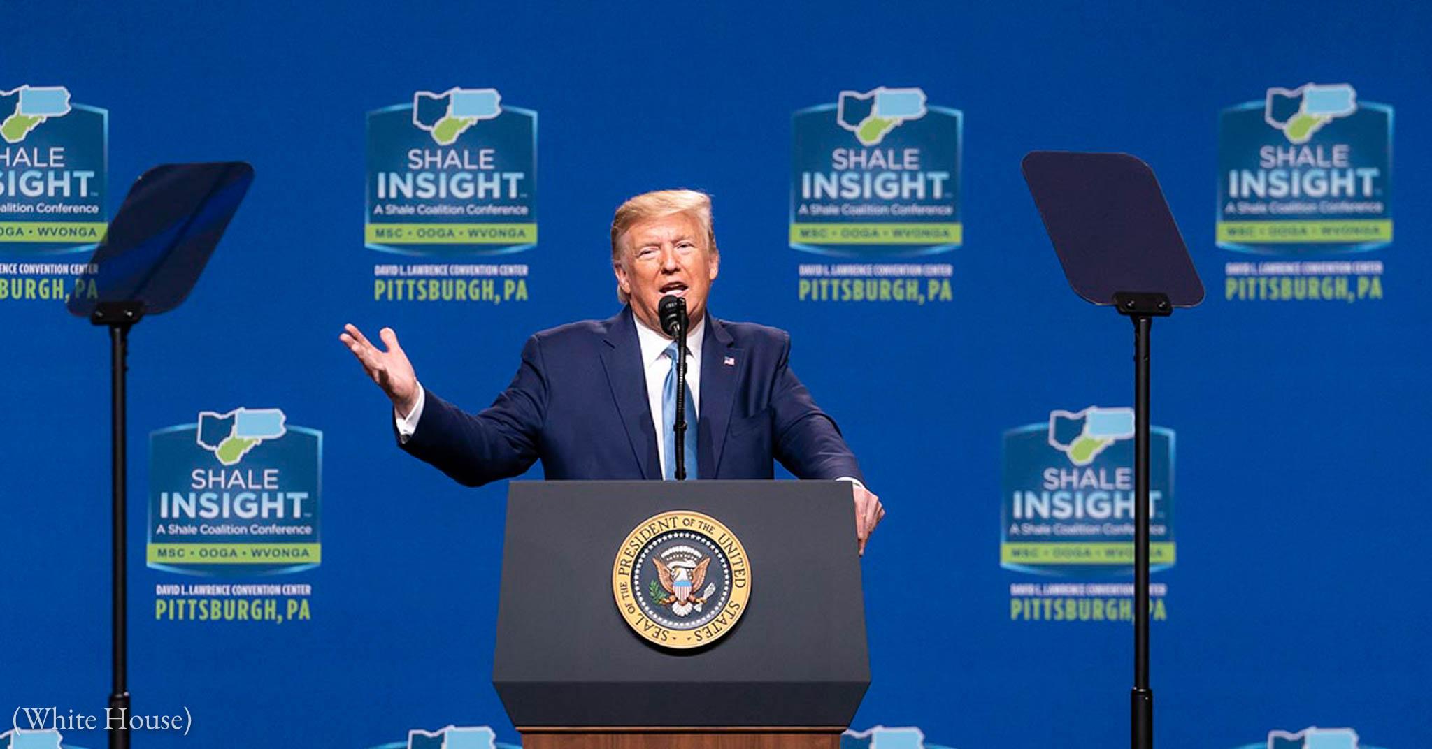 Le président Trump à un pupitre, avec des logos Shale Insight en arrière-plan (La Maison Blanche)