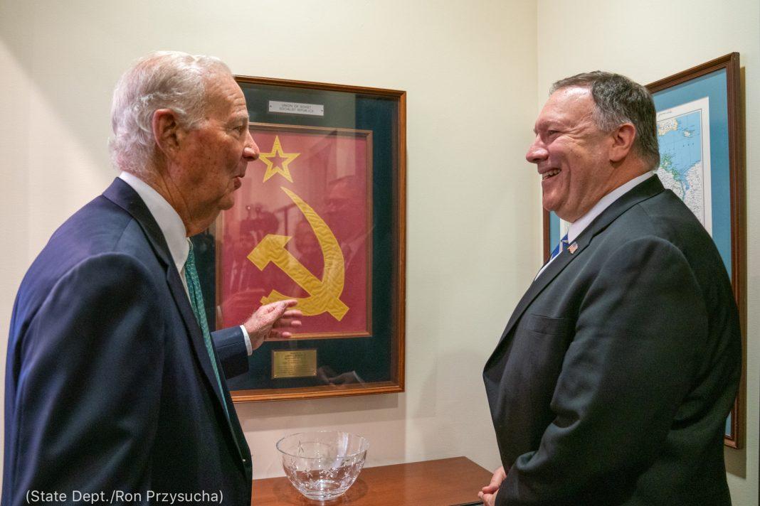 James Baker et Michael Pompeo en train de discuter (Département d'État/Ron Przysucha)