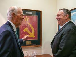 جیمز بیکر اور مائکل آر پومپیو محو گفتگو ہیں۔ (State Dept./Ron Przysucha)