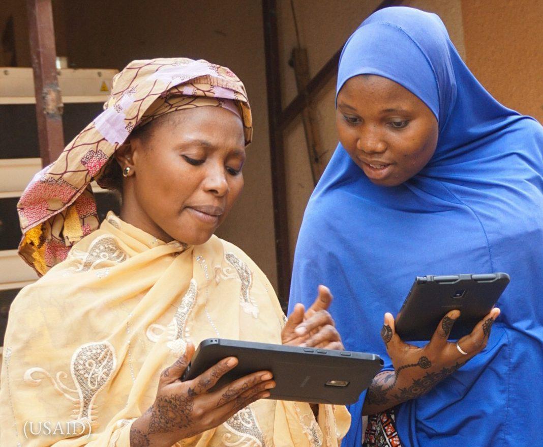 Deux femmes regardant des tablettes (USAID)