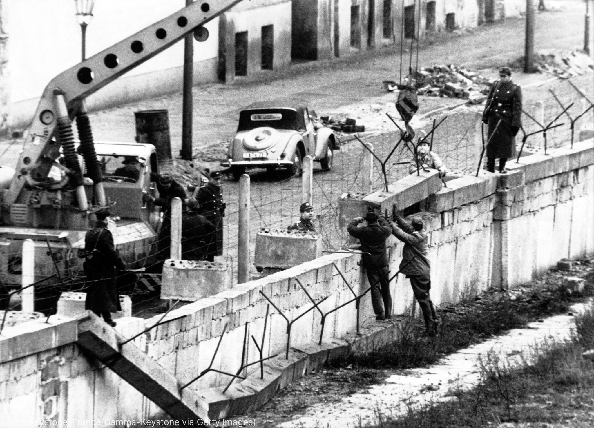 Workers fortifying wall (© Keystone-France/Gamma-Keystone via Getty Images)
