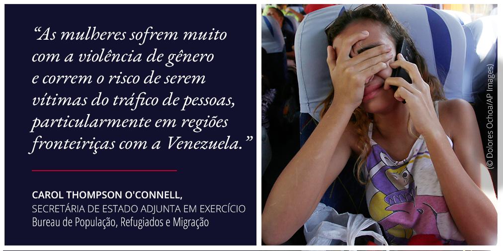 Declaração sobre o risco representado pelo tráfico de pessoas perto da Venezuela. E foto de mulher falando ao celular e cobrindo os olhos (© Dolores Ochoa/AP Images)