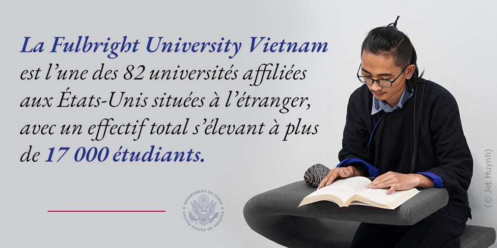 Un étudiant assis, en train de lire, avec une citation à propos de la Fulbright University Vietnam (Département d'État/Photo © Jet Huynh)
