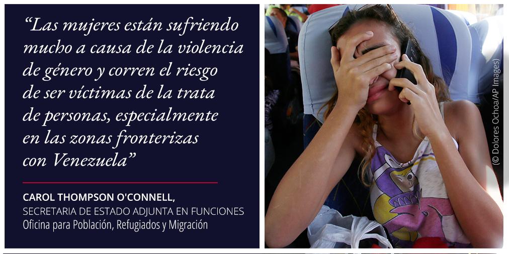 Declaración sobre el peligro de la trata de personas cerca de Venezuela, foto de una mujer usando un teléfono y cubriéndose los ojos (© Dolores Ochoa/AP Images)