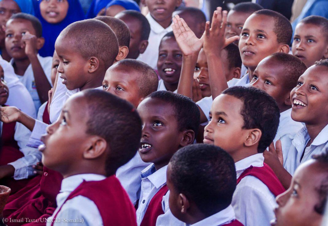 Сомалийские дети слушают рассказчицу / Ismail Taxta, UNICEF/Somalia