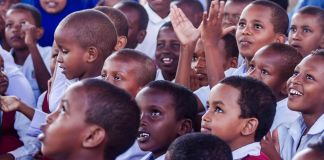 Somalia schoolchildren sitting in a group (© Ismail Taxta/UNICEF-Somalia)