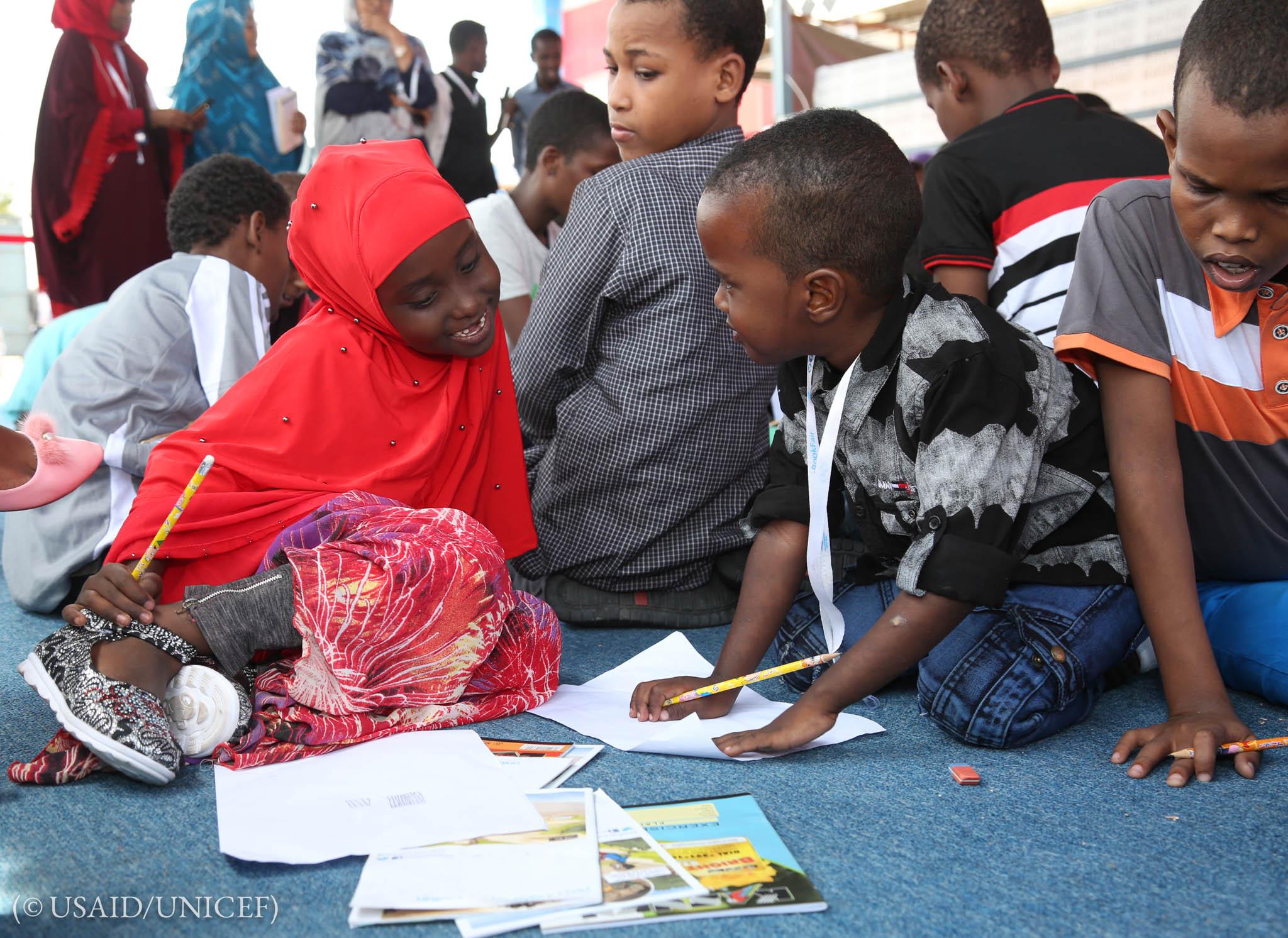 两名儿童画画(© USAID/UNICEF)