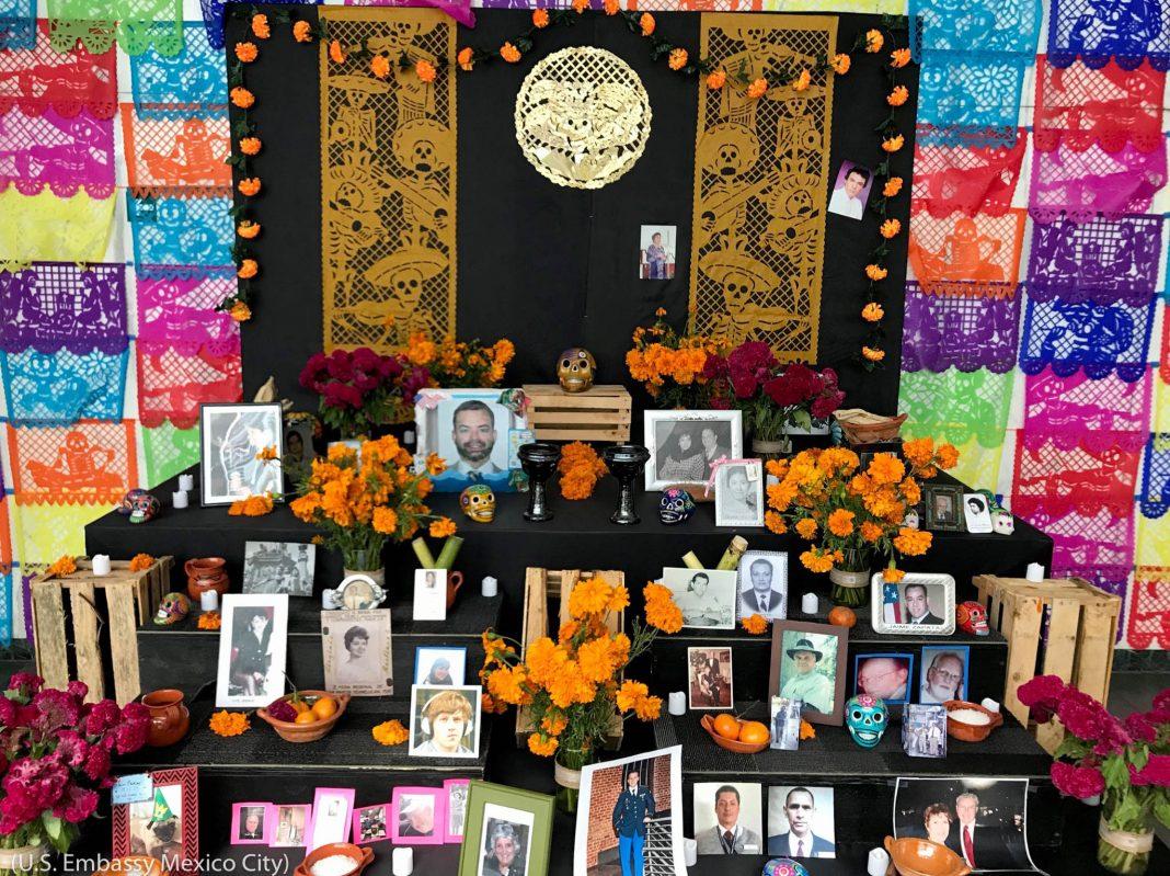 فوت ہو جانے والوں کے دن کے موقع پر رکھی گئی تصاویر اور موم بتیاں۔ (U.S. Embassy Mexico City)