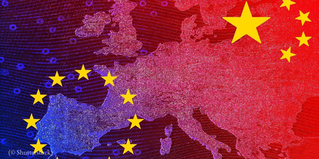 Une carte d'Europe avec les emblèmes de la Chine et de l'Union européenne surimposés (© Shutterstock)