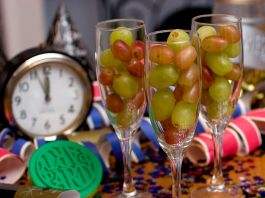 شمپین نامی شراب کے انگوروں سے بھر تین گلاس۔ States. (© Larry Crowe/AP Images)