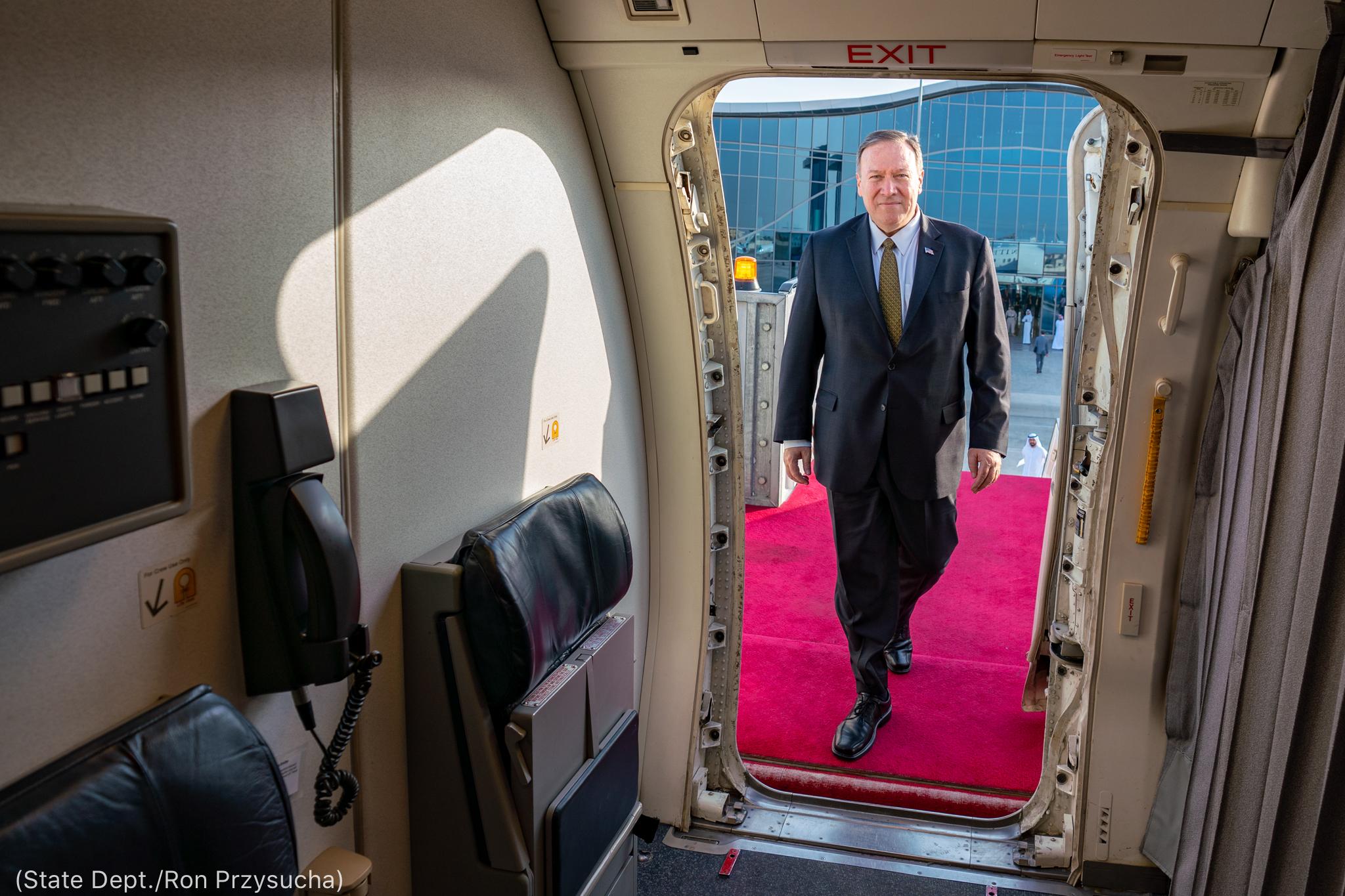 Secretário Pompeo embarcando em aeronave (Depto. de Estado/Ron Przysucha)