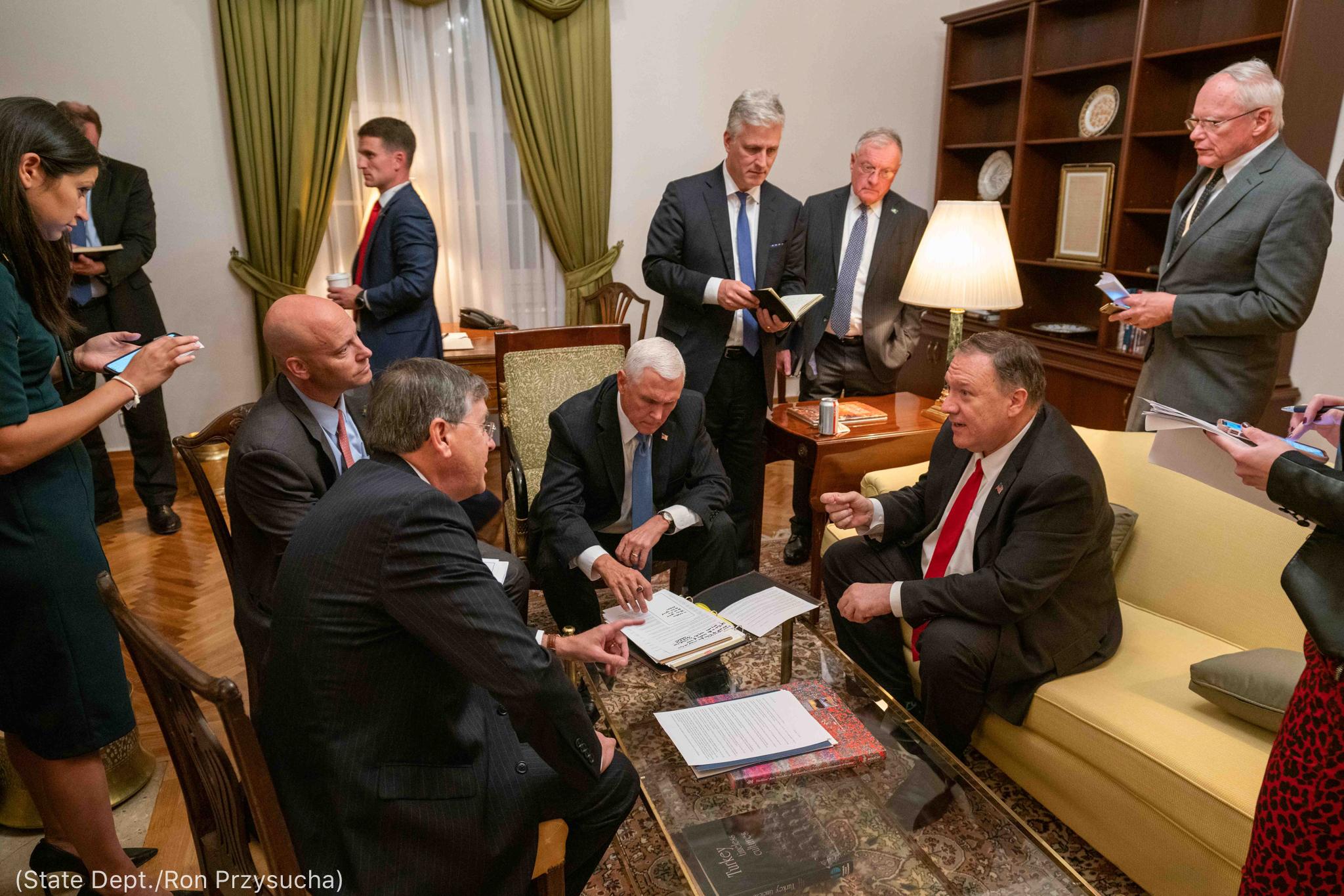 Secretário Pompeo sentado em uma sala e conversando com outras pessoas (Depto. de Estado/Ron Przysucha)