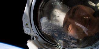 رأس شخص يرتدي خوذة في الفضاء (NASA)