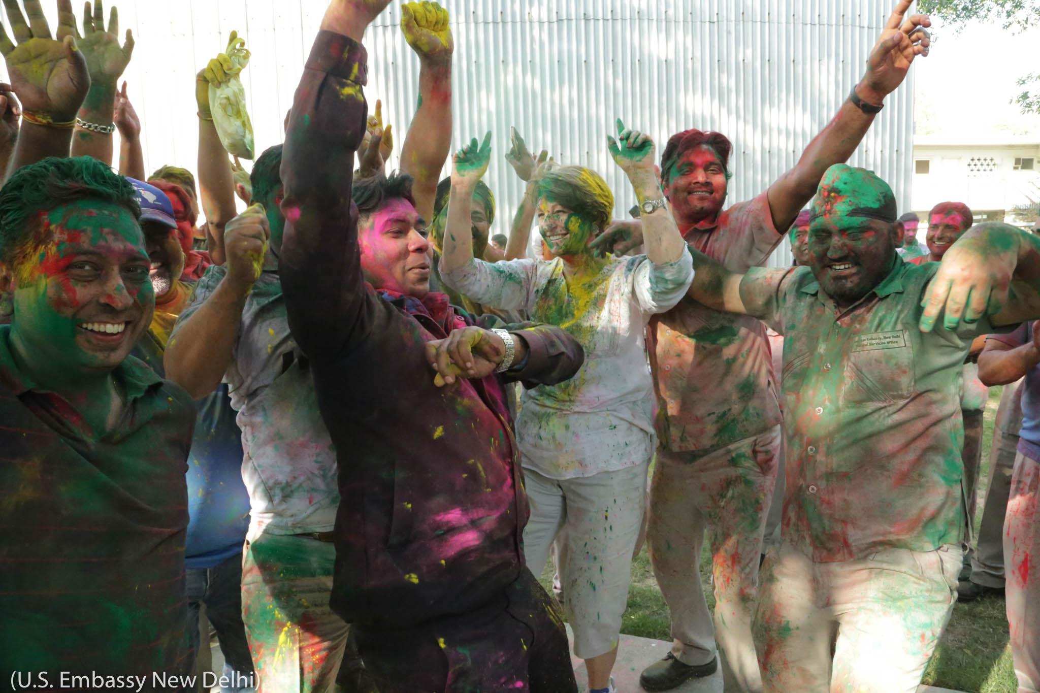 ہولی کے موقع پر رقص کرتے ہوئے مختلف رنگوں میں رنگے لوگ۔ (U.S. Embassy New Delhi)