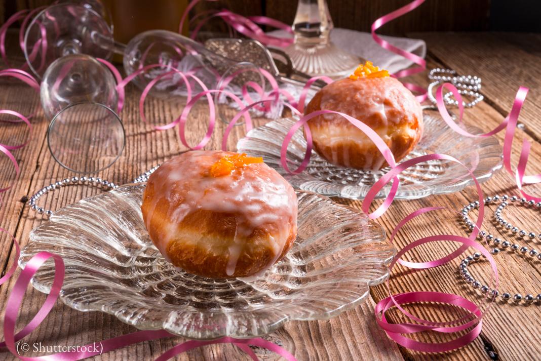 Plates holding single doughnuts (© Shutterstock)