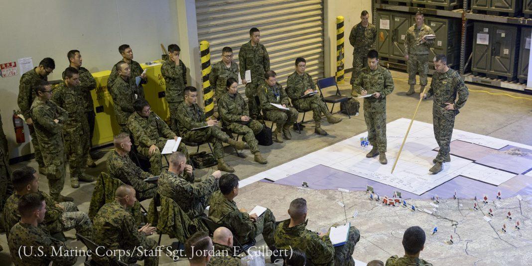 Militares durante briefing (Corpo de Fuzileiros Navais dos EUA/sargento-mor Jordan E. Gilbert)