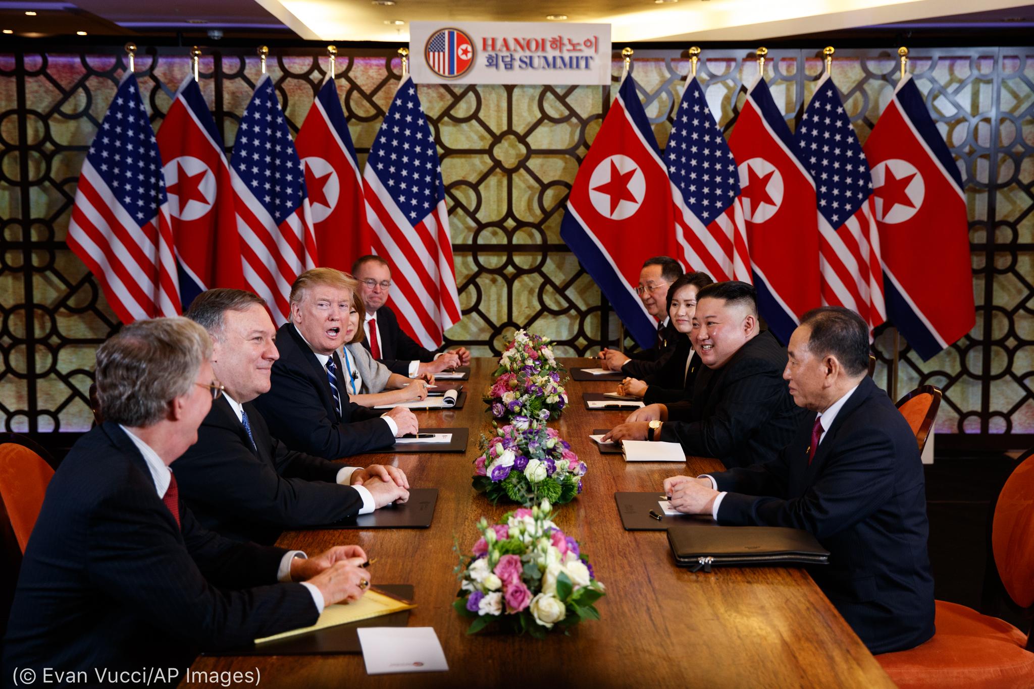 Autoridades governamentais sentadas à mesa (© Evan Vucci/AP Images)