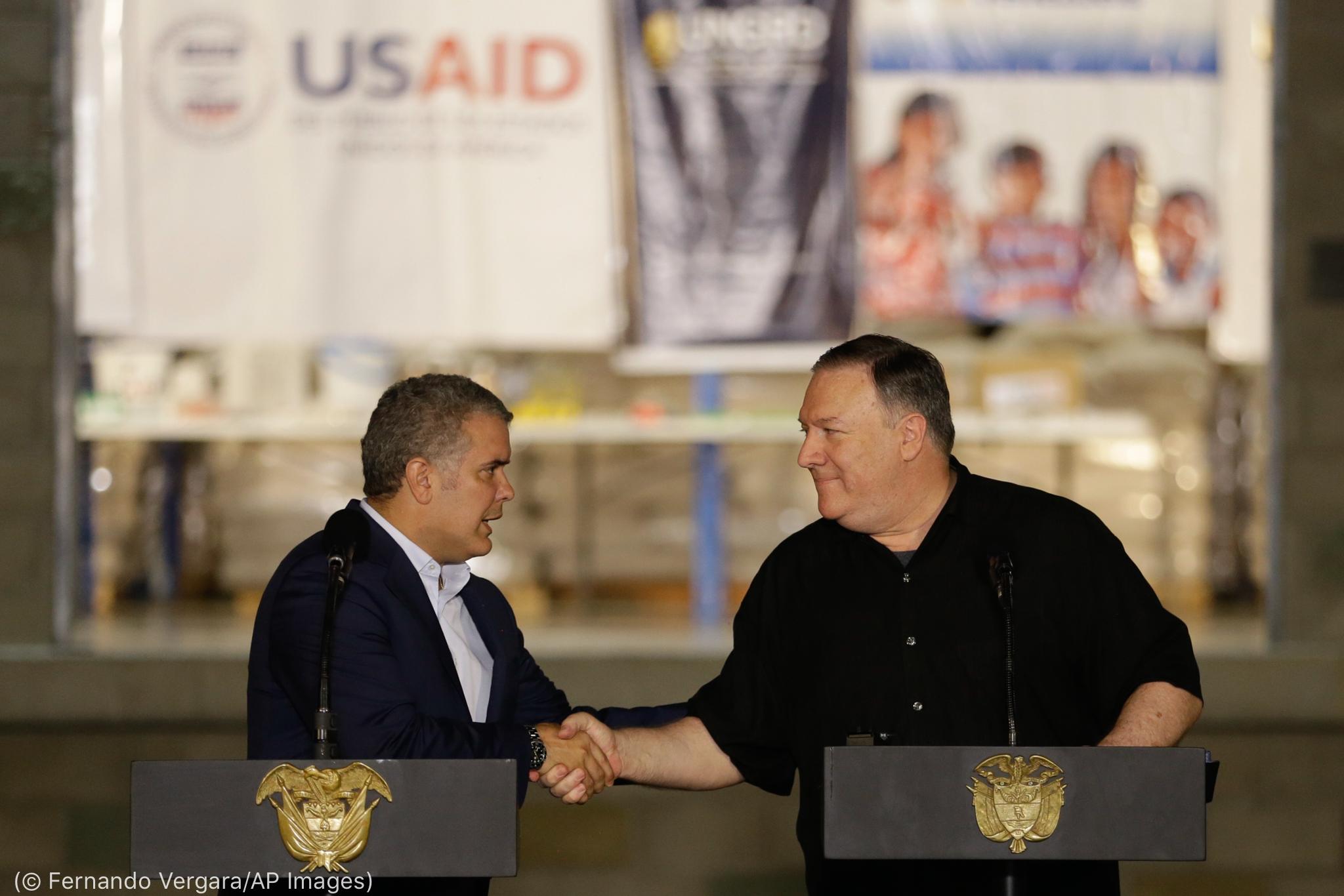 Iván Duque Márquez e o secretário Pompeo em pé no púlpito e apertando as mãos (© Fernando Vergara/AP Images)