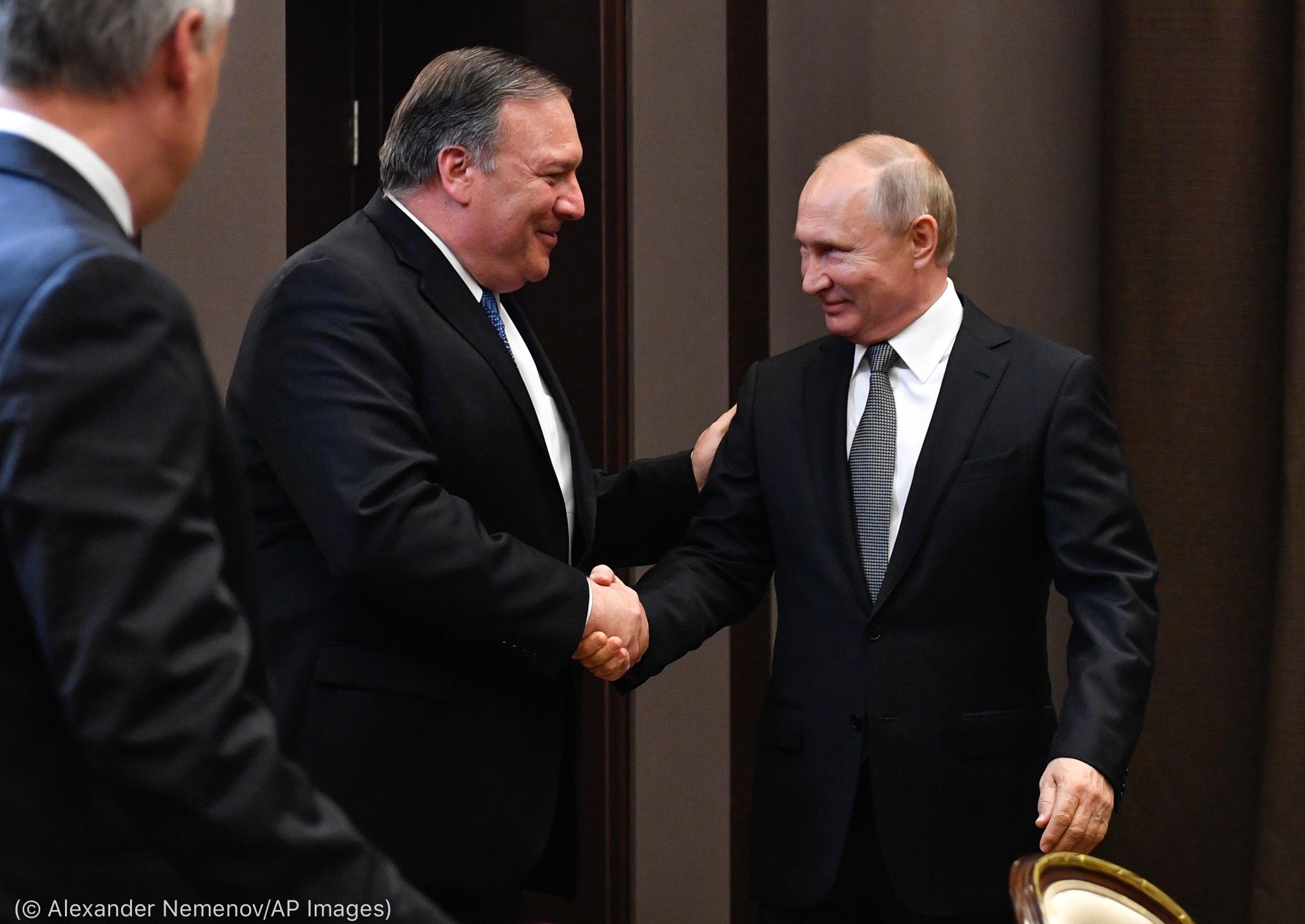 Secretário Pompeo cumprimenta Vladimir Putin (© Alexander Nemenov/AP Images)