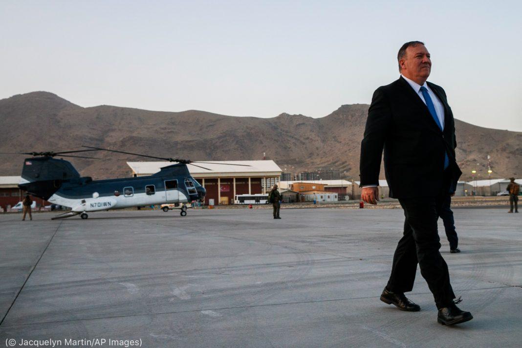 O secretário Pompeo caminha se distanciando de helicóptero (© Jacquelyn Martin/AP Images)
