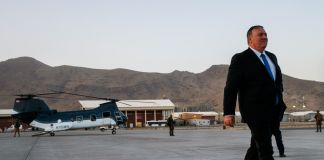 Secretary Pompeo walking from helicopter (© Jacquelyn Martin/AP Images)