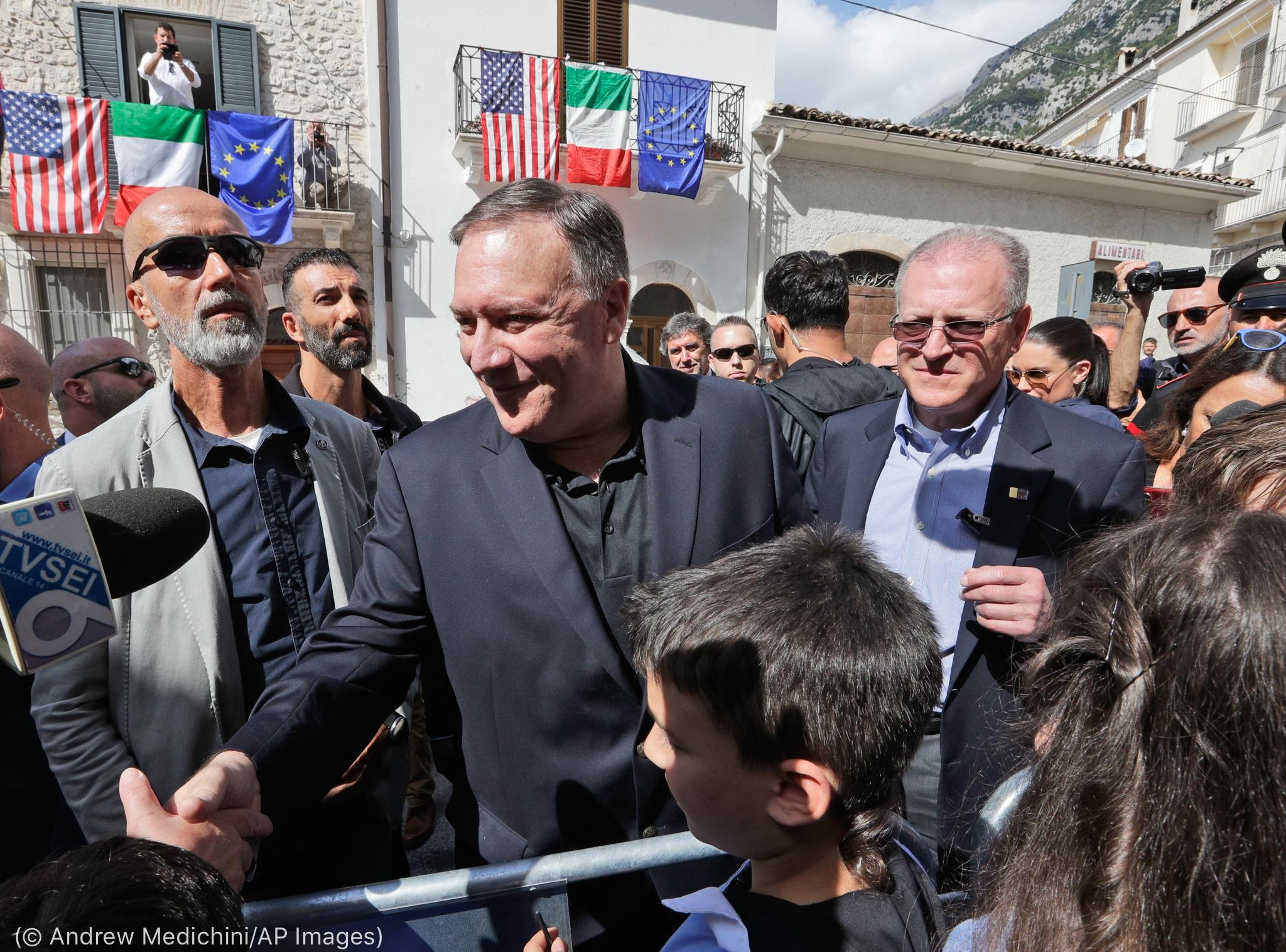 Secretário Pompeo na multidão, apertando as mãos (© Andrew Medichini/AP Images)